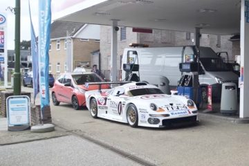 porsche gt1 at gas station